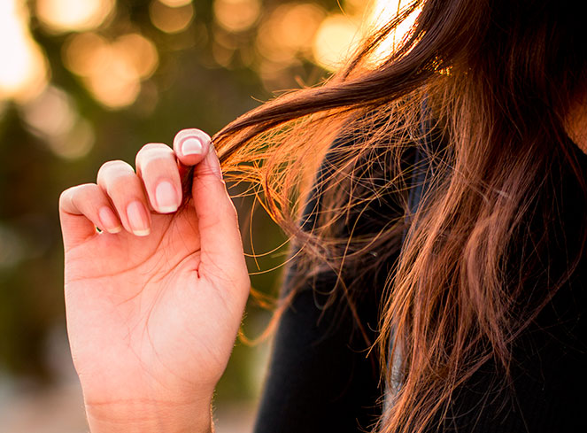 Coloração e alisamento afinam os fios de cabelo?