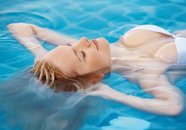 Como proteger o cabelo na praia, da piscina e do sol