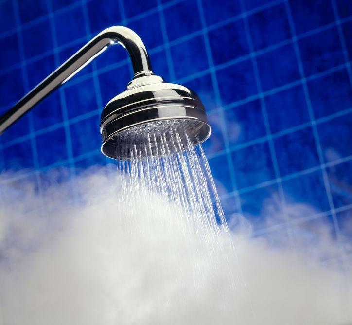 Banho quente é uma delícia, mas pode causar danos na sua pele e cabelos