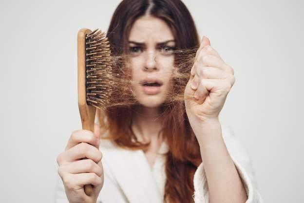 Queda de cabelo na quarentena, dicas para tratar o problema em casa