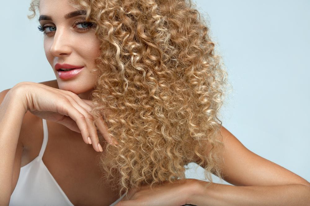 3 truques que vão fazer a diferença na hora de secar o cabelo cacheado