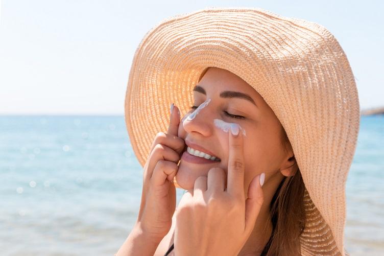 Dermatologista comenta erros comuns ao usar protetor solar