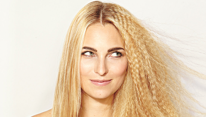 Guia do cabelo sem frizz: aprenda a evitar os fios arrepiados