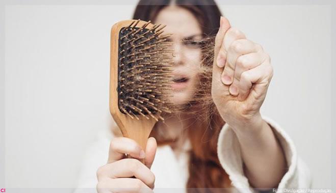 Dermatologista comenta queda de cabelo como efeito secundário da Covid-19